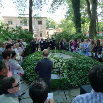 Auftakt des Eröffnungstags in Bayreuth. Der Festspielchor versammelt sich zum Grabsingen an der Ruhestätte von Richard Wagner. (Foto: ek)