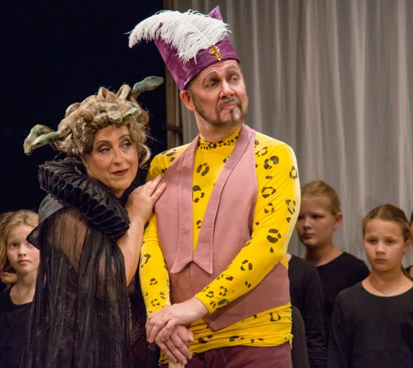 Herrlich neidisches Paar: Alexandra Petersamer und Jukka Rasilainen als Ortrud und Friedrich von Telramund. (Foto: Jörg Schulz, Bayreuther Festspiele)