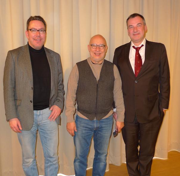 Vor der Premiere der Götterdämmerung am Landestheater Linz: Wolfgang Haendeler (Dramaturgie), Dirigent Dennis Russell Davies und Regisseur Uwe Eric Laufenberg, der 2016 den Parsifal bei den Bayreuther Festspielen inszeniert.