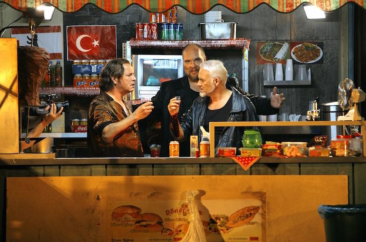 In der Dönerbox der Götterdämmerung: Stefan Vinke, Stephen Milling und Alejandro Marco Buhrmester. © Enrico Nawrath/Bayreuther Festspiele