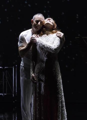 Das Ende unterm Sternenhimmel: Hans-Georg Wimmer als Tristan, Annette Seiltgen als Isolde. ©Landestheater Niederbayern
