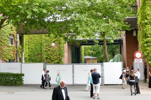 Der Rundgang um das Festspielhaus Bayreuth ist versperrt. © R. Ehm-Klier/pa-ck-mas.de