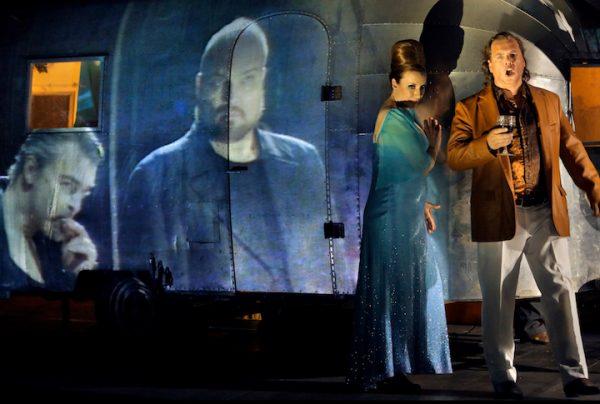 Großartige Momente: Hier Stefan Vinke als Siegfried mit Allison Oakes, neue Gutrune. Als Projektion: Markus Eiche (l.) als Gunther und Stephen Milling als Hagen. © Enrico Nawrath/Bayreuther Festspiele