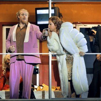 Szene aus Rheingold bei den Bayreuther Festspielen mit Erda, Wotan und den Riesen.