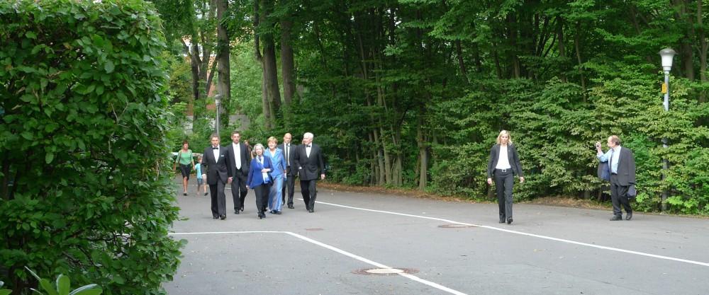Auf dem Weg zum Nebeneingang: Bundeskanzlerin Angela Merkel