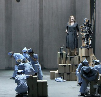 """Szene aus """"Der fliegende Holländer"""" in Bayreuth: Senta hat sich ihren Holländer gebastelt. (Foto: Enrico Nawrath, Bayreuther Festspiele)"""