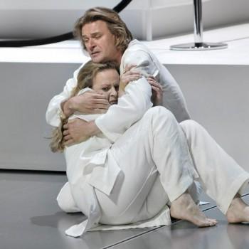 Und sie stellt die Frage doch: Edith Haller als Elsa mit Klaus Florian Vogt als Lohengrin. (Foto: Enrico Nawrath, Bayreuther Festspiele)