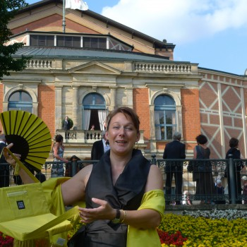 Voila: Fertig für einen bequemen Abend. Stephanie von Keller mit ihrer Festspieltasche. (Foto: ek)