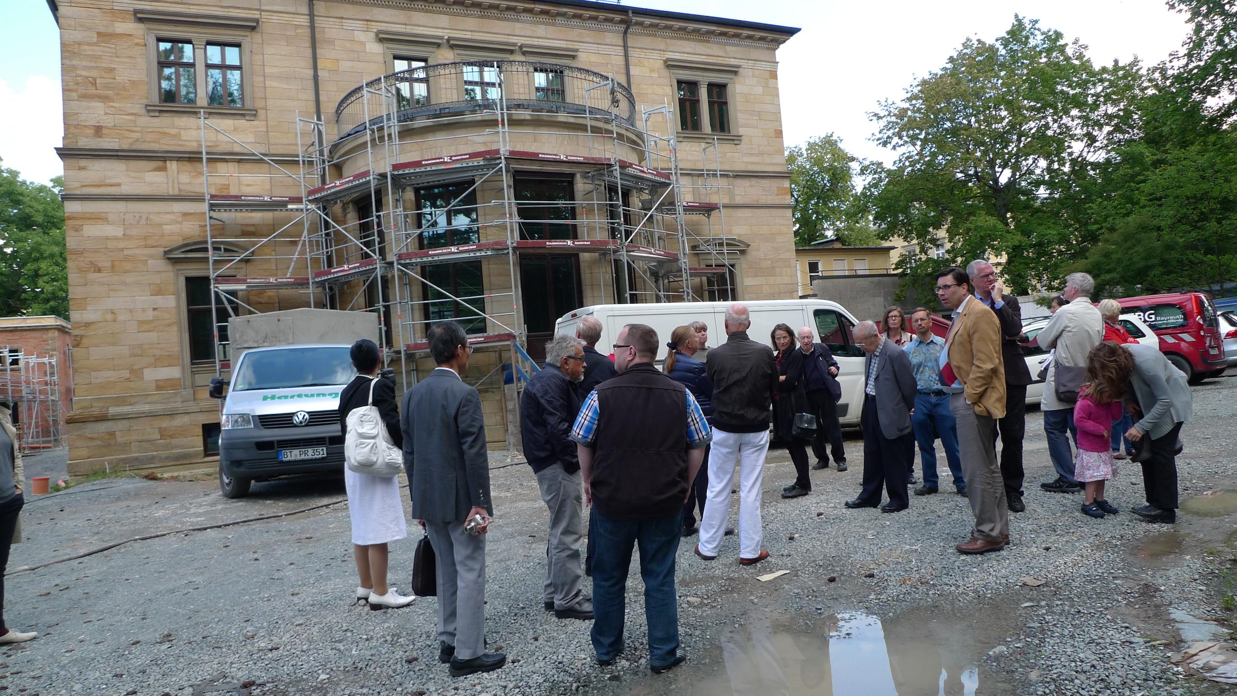 Attraktion Baustelle: Täglich kommen Interessenten, um zu sehen, was sich rund um die Villa Wahnfried tut. Die Führung übernimmt manchmal auch Museums-Direktor Dr. Sven Friedrich. (Foto: ek)