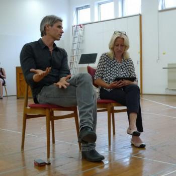 Sebastian Baumgarten beim Regiegespräch mit Regina Ehm-Klier