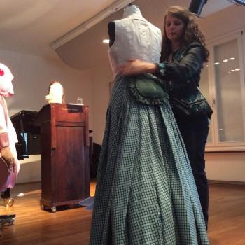 Der damaligen Zeit nachempfunden ist dieses Parsifal-Kostüm: Monika Gora enthüllt die Dame. (Foto: ek)