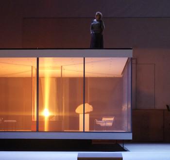 """Die Nornen an Siegfrieds und Brünnhildes Heim. So beginnt die """"Götterdämmerung"""" am Landestheater in Linz. Foto: Karl Forster/Landestheater."""