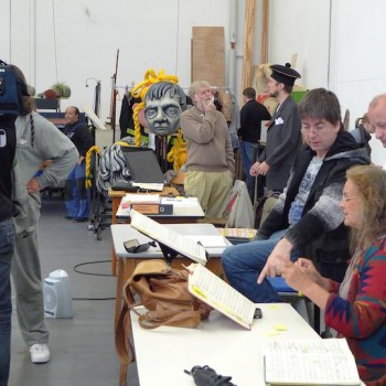 """Als Souffleuse gehörte Gabriele Auenmüller ✝ fast 20 Jahre zur den Bayreuther Festspielen. Hier 2011 bei den Proben zu """"Die Meistersinger von Bayreuth"""" mit Sebastian Weigle und Norbert Ernst (dahinter). ©R. Ehm-Klier"""