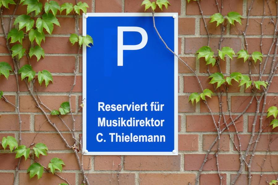 Die Positionen sind geklärt: Musikdirektor C. Thielemann steht auf dem Parkplatz hinter dem Festspielhaus. © festspieleblog.de/ R. Ehm-Klier
