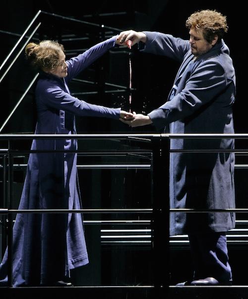 Liebestrank überflüssig: er wird weggekippt. Foto: Enrico Nawrath, Bayreuther Festspiele.