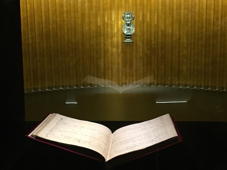 """Der Blick fällt erst auf die Handschrift des """"Tristan"""", dann auf die Büste von Richard Wagner. © R. Ehm-Klier/festspieleblog.de"""