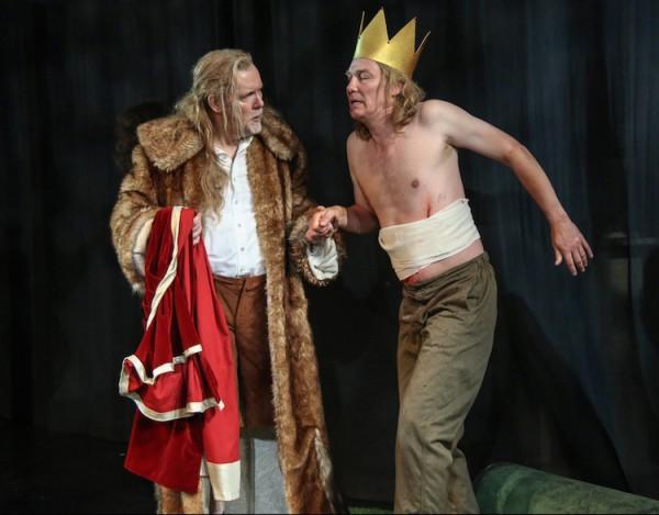 Wirklich peinlich: Amfortas (Raimund Nolte) hat sich ablenken lassen und wurde verletzt. Gurnemanz (Jukka Rasilainen) bedauert seinen König. © Jörg Schulze/Bayreuther Festspiele