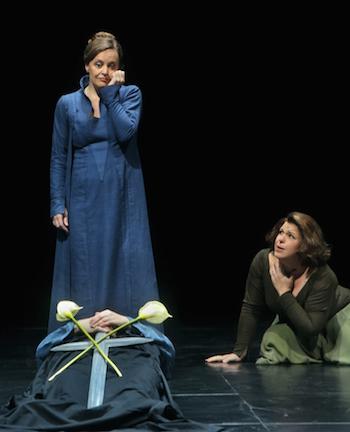 Alles wird genau geplant. Am Ende lässt sich Isolde links von dem toten Geliebten nieder. © Enrico Nawrath/Bayreuther Festspiele