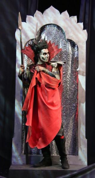 Bösewicht: Klingsor wird dargestellt von Kay Stiefermann als eine Art Batman. © Jörg Schulze/Bayreuther Festspiele
