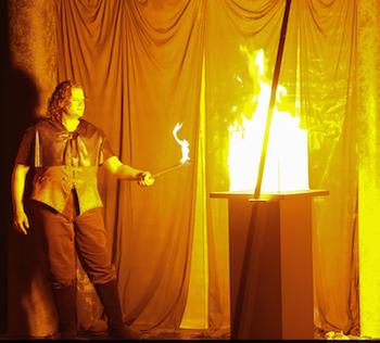 Öffnet den Gral: Parsifal (Benjamin Bruns) sorgt dafür, dass die Zeremonie samt Speer stattfinden kann. © Jörg Schulze/Bayreuther Festspiele