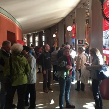 Andrang im Festspielhaus, das am 11. Oktober seine Türen öffnet. Drinnen gibt es viele Attraktionen, hier am Stand der Gesellschaft der Freunde von Bayreuth. © R. Ehm-Klier/festspieleblog.de