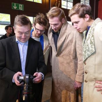 """Fotoauswahl: TAFF-Vorsitzender Peter Maisel betätigt sich ebenfalls als Fotograf und zeigt den """"Models"""" das Ergebnis. © R. Ehm-Klier/festspieleblog.de"""
