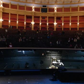Neue Perspektive: Von der Bühne aus wirkt der Zuschauerraum mit immerhin nahezu 2000 Sitzplätzen plötzlich sehr klein. © R. Ehm-Klier/festspieleblog.de