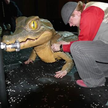 Jetzt ist Frau ein fertiges Krokodil. Nur die Handschuhe für die Pfoten fehlen noch. © R. Ehm-Klier/festspieleblog.de