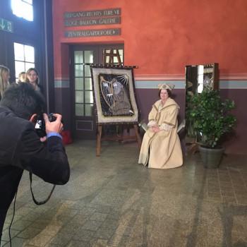 Bitte huldvoll: Die gestylten Models bekommen von TAFF ein Foto zum Mitnehmen. © R. Ehm-Klier/festspieleblog.de