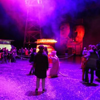Faszination zum Anfassen mit Feuerzauber aus der Walküre und dem Mount Rushmore aus Siegfried. © R. Ehm-Klier/festspieleblog.de