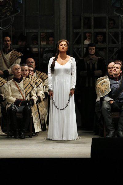 Anna Netrebko gibt einen fulminanten Einstieg ins Wagnerfach: Als Elsa in Lohengrin wird sie an der Semperoper Dresden gefeiert — wieder einmal. Semperoper Dresden, © Daniel Koch.