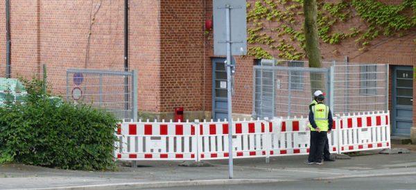 Auch an der Rückseite des Bayreuther Festspielhauses gibt's kein Weiterkommen mehr. Einzig der Weg zum öffentlichen WC ist noch frei.