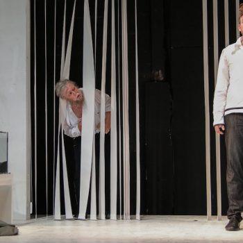Sentas Traum wird wahr: Über das Paar Holländer (Kai Stiefermann) und Senta (Christiane Kohl) freut sich Papa Daland (Jukka Rasilainen). © Jörg Schulze/Bayreuther Festspiele