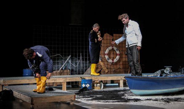 Breite Bühne: Hier das Auftauchen des Holländers (Kai Stiefermann). © Jörg Schulze/Bayreuther Festspiele