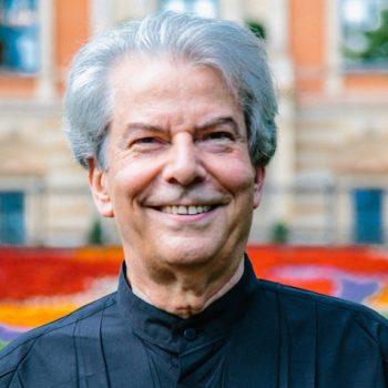 Hartmut Haenchen (73) feiert einen späten Triumph bei den Bayreuther Festspielen. Er sprang für Andris Nelsons ein und rettete die Premiere. © Marjolein van der Klaauw