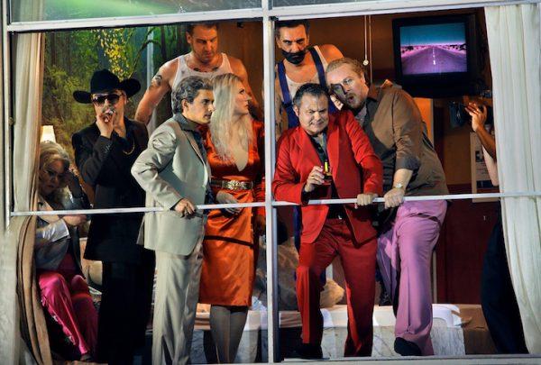 Szenisch wird's eng: Die Rheingold-Mannschaft im Motelzimmer. Hinten: die Riesen Fasolt und Fafner. © Enrico Nawrath/Bayreuther Festspiele