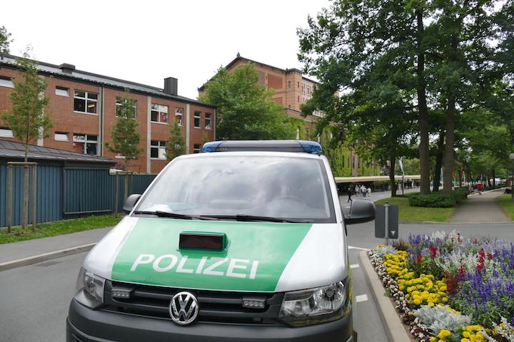 Polizei riegelt die Straßen zum Festspielhaus ab. Das heißt: Mehr Platz für Fußgänger. © R. Ehm-Klier/festspieleblog.de