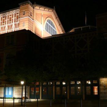 Das sah das Konzept nicht vor: Auch der Bühnenturm des Festspielhauses Bayreuth braucht eine grundlegende Sanierung. © R. Ehm-Klier, festspieleblog.de