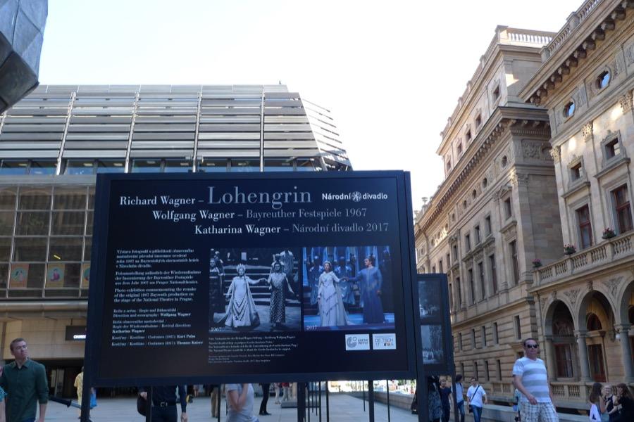 Historischer Vergleich vor dem Nationaltheater Prag.