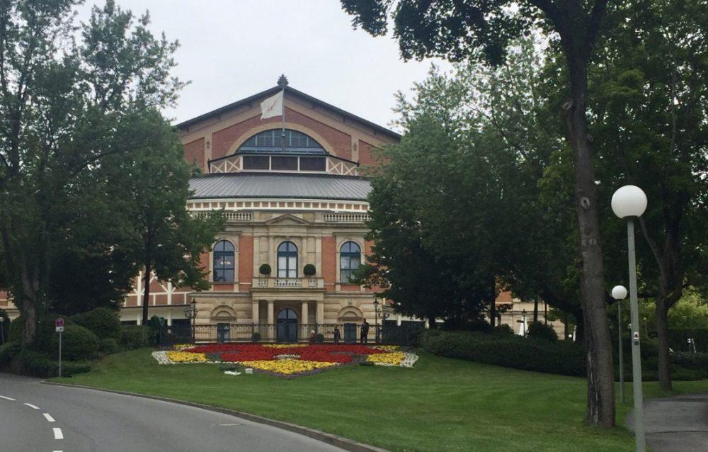 Fahne Festspielhaus Bayreuth am 24. Juli 2017 gehisst.