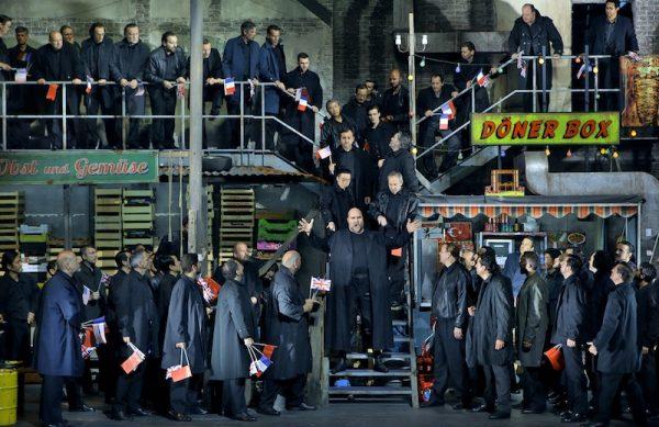 Hagen Stephen Milling und Chor. Szene Götterdämmerung bei den Bayreuther Festspielen.