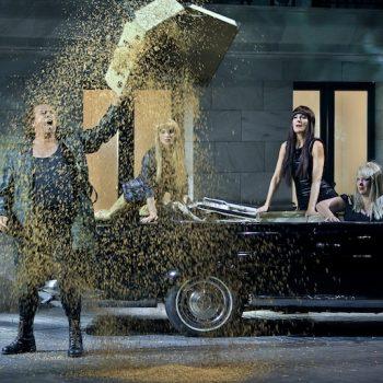 Szene Götterdämmerung bei den Bayreuther Festspielen. Siegfried mit den Rheintöchtern.