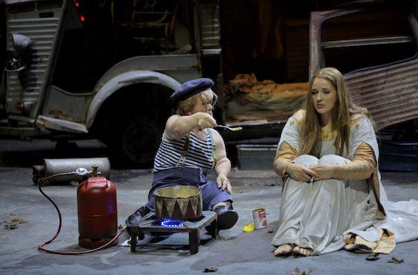 Berührender Szene: Hilflose Welten mit Oskar (Manni Laudenbach) und Elisabeth (Lise Davidsen)