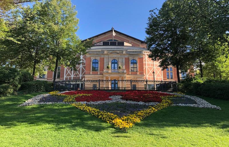 Das Bayreuther Festspielhaus am Morgen, 18. August 2019, © © R. Ehm-Klier, festspieleblog.de
